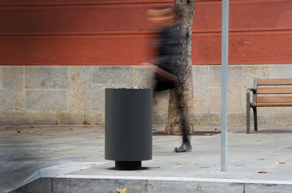 Black paperbin for outdoor spaces. Girona